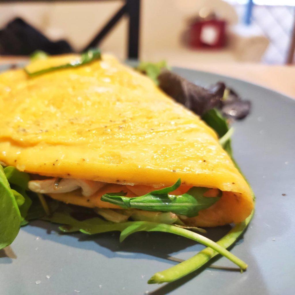 omelette pollo insalata formaggio